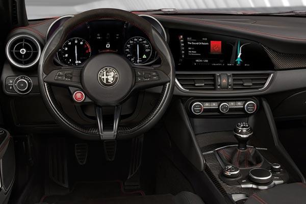 Интерьер салона Alfa Romeo Giulia Quadrifoglio