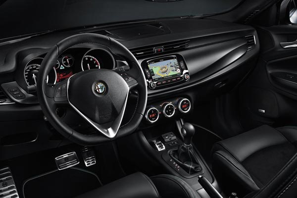 Интерьер салона Alfa Romeo Giulietta Quadrifoglio Verde