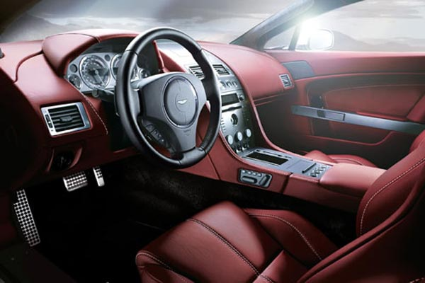 Интерьер салона Aston Martin V8 Vantage Roadster