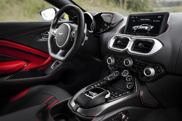 Интерьер салона Aston Martin V8 Vantage