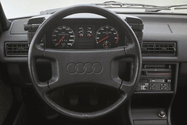 Интерьер салона Audi 90