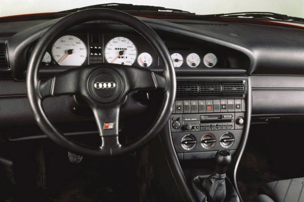 Интерьер салона Audi 100