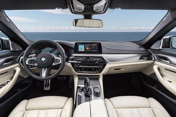 Интерьер салона BMW M550i xDrive