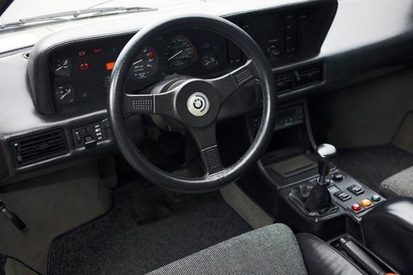 Интерьер салона BMW M1