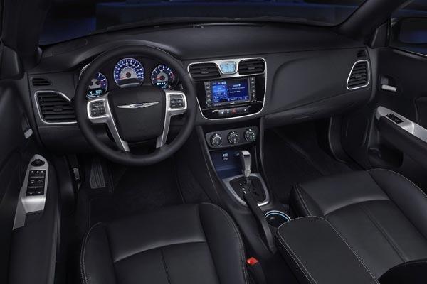 Интерьер салона Chrysler 200 Convertible
