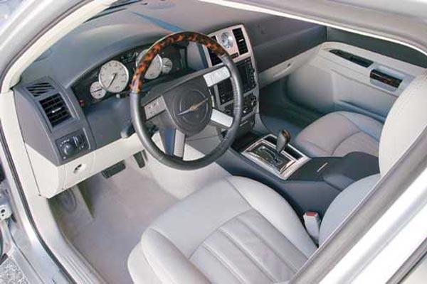 Интерьер салона Chrysler 300C Touring