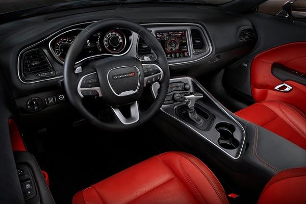 Интерьер салона Dodge Challenger