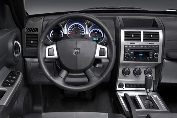 Интерьер салона Dodge Nitro