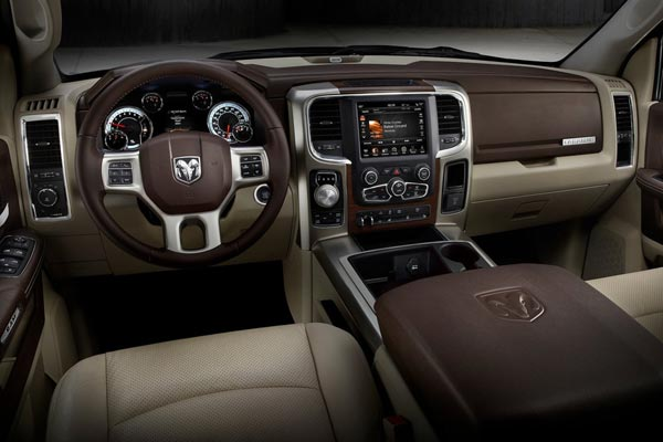 Интерьер салона Dodge Ram 1500 2013