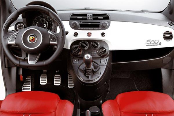 Интерьер салона FIAT 500 Abarth