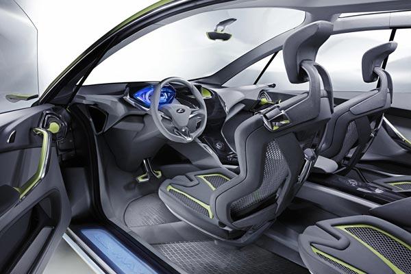 Интерьер салона Ford Iosis Max