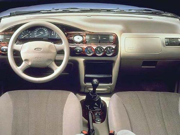 Интерьер салона Ford Escort Hatchback