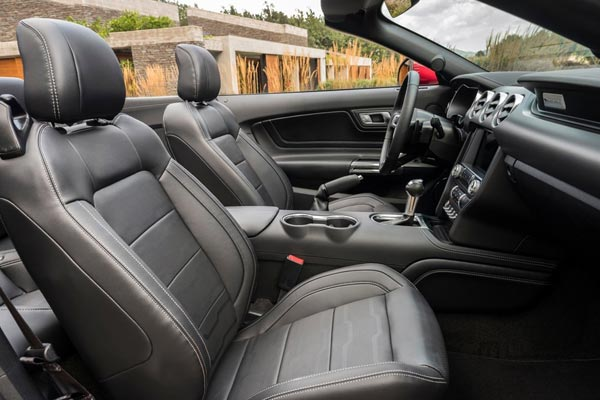 Интерьер салона Ford Mustang Convertible
