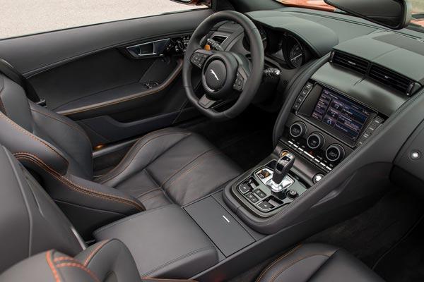 Интерьер салона Jaguar F-Type