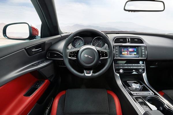Интерьер салона Jaguar XE-S
