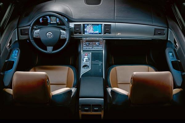 Интерьер салона Jaguar XFR