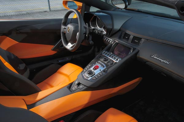 Интерьер салона Lamborghini Aventador Roadster
