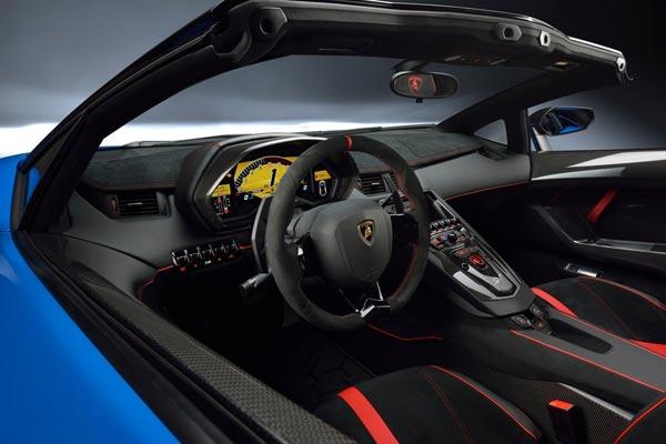 Интерьер салона Lamborghini Aventador Roadster SV