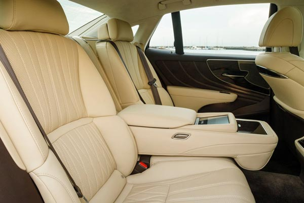 Интерьер салона Lexus LS