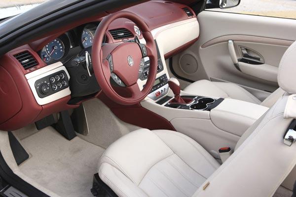 Интерьер салона Maserati GranCabrio