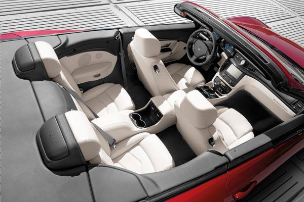 Интерьер салона Maserati GranCabrio Sport