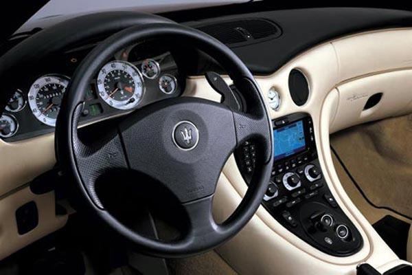 Интерьер салона Maserati Spyder