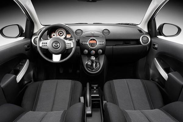 Интерьер салона Mazda 2 3-door