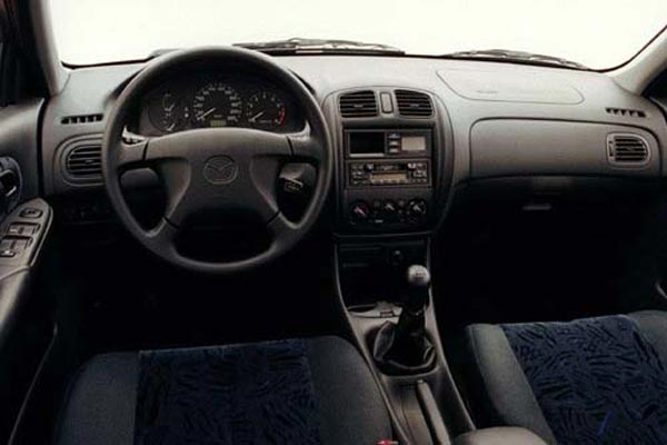 Интерьер салона Mazda 323S