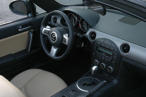 Интерьер салона Mazda MX-5 Roadster Coupe