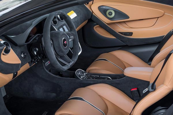Интерьер салона McLaren 570S Spider