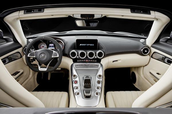 Интерьер салона Mercedes AMG GT Roadster