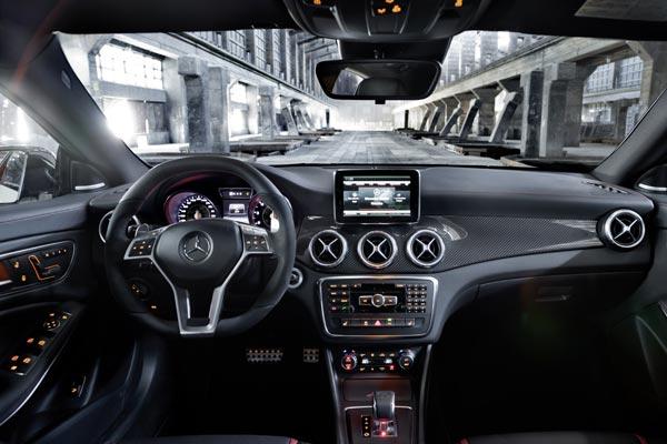Интерьер салона Mercedes CLA 45 AMG