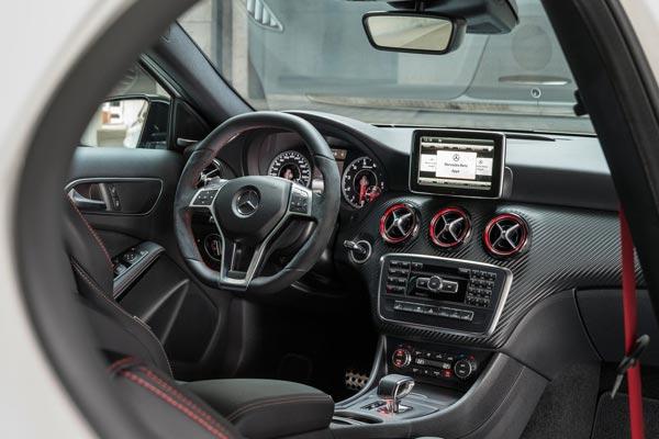 Интерьер салона Mercedes A45 AMG
