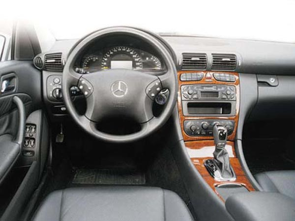 Интерьер салона Mercedes C-Class