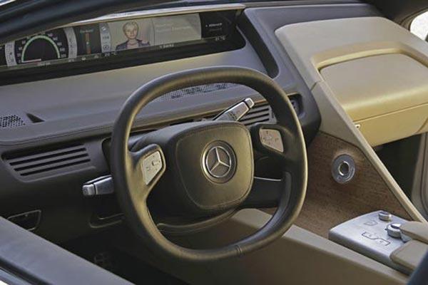 Интерьер салона Mercedes F700