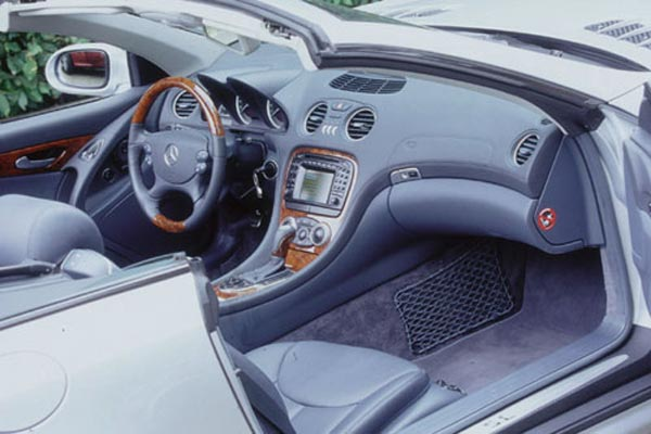 Интерьер салона Mercedes SL