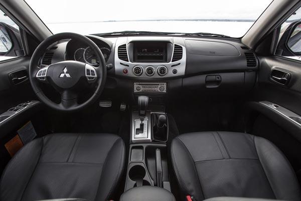 Интерьер салона Mitsubishi L200