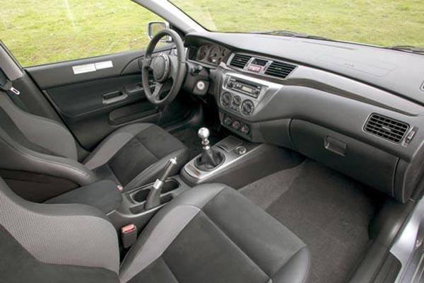 Интерьер салона Mitsubishi Lancer Evo IX