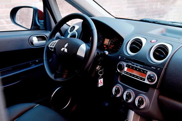 Интерьер салона Mitsubishi Colt 3-Door