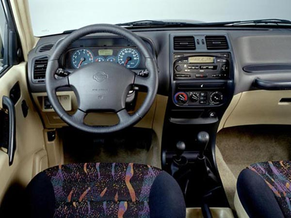Интерьер салона Nissan Terrano