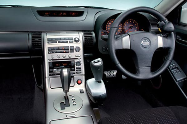 Интерьер салона Nissan Skyline Coupe