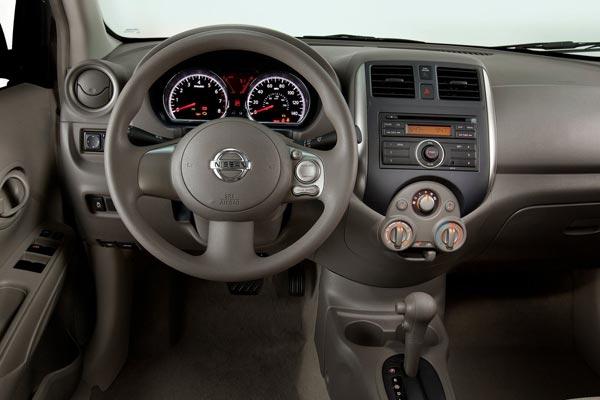 Интерьер салона Nissan Versa
