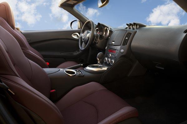 Интерьер салона Nissan 370Z Roadster