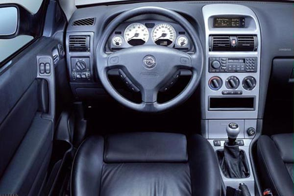 Интерьер салона Opel Astra Coupe