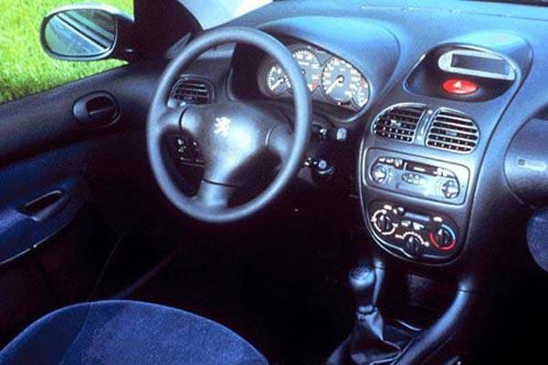 Интерьер салона Peugeot 206