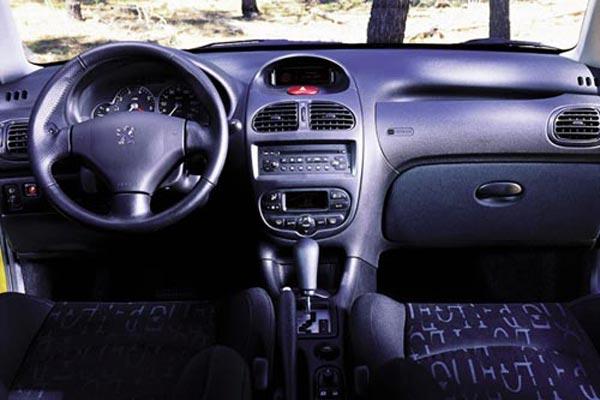 Интерьер салона Peugeot 206 SW