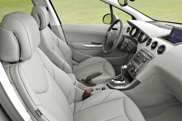 Интерьер салона Peugeot 308 SW