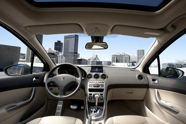 Интерьер салона Peugeot 408