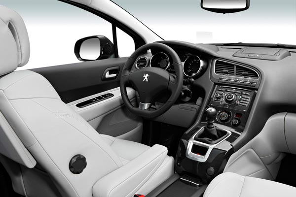 Интерьер салона Peugeot 5008