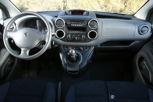 Интерьер салона Peugeot Partner